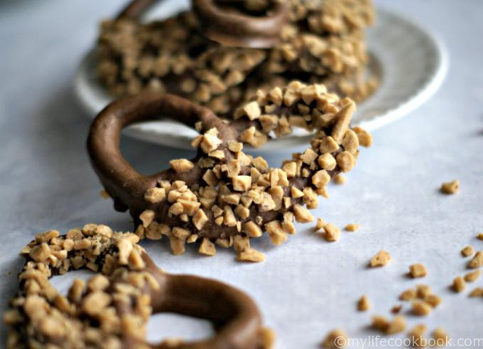 These easy chocolate covered pretzels make a great homemade Christmas gift. Everyone loves chocolate covered pretzels!