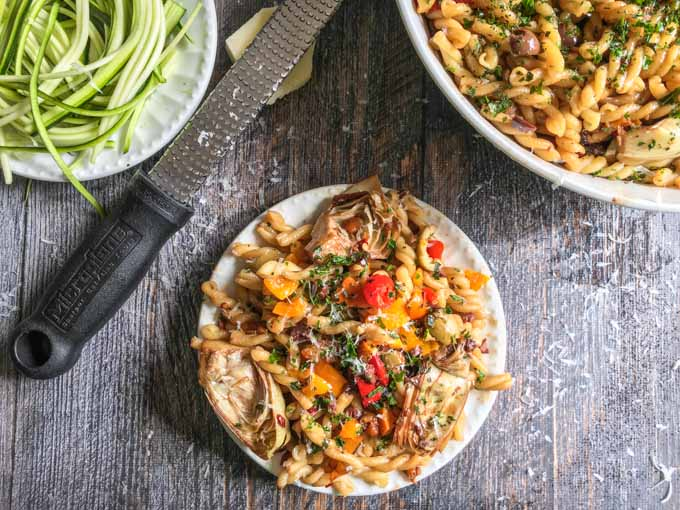 This artichoke & olives balsamic pasta is a quick an easy vegetarian meal with big taste! Only a few ingredients needed and you have a healthy, tasty pasta dinner.