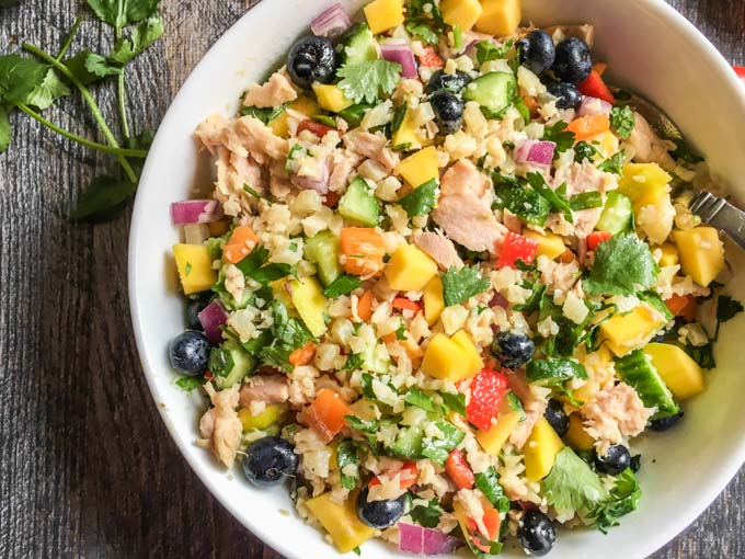 This Paleo mango salsa bowl with tuna is a colorful bowl of healthy goodness! Makes for the perfect quick and easy lunch or even dinner.