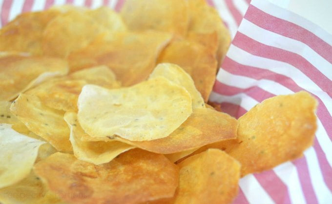 These 6 healthy chip recipes are a great way to curb that craving for salty, less healthy snacks. Be it fruit, vegetables or even cheese, you can make a healthy chip out of it!