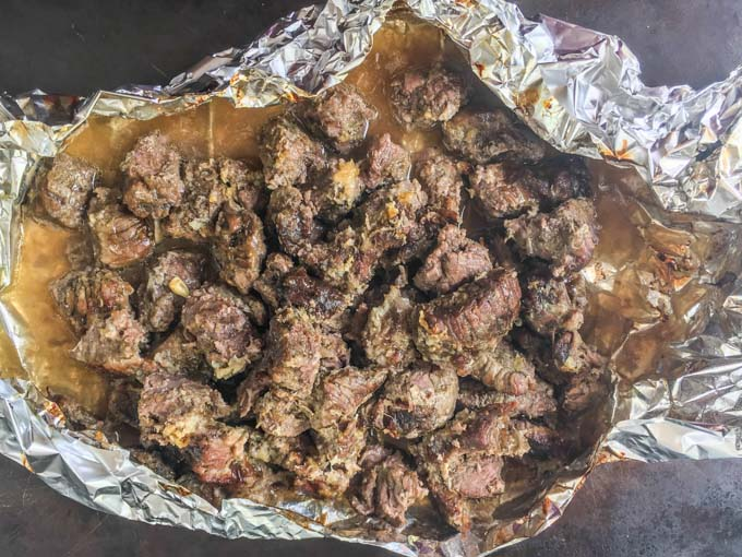 For an easy and tasty low carb dinner, try this lemon & garlic beef in foil packets. Only a few minutes to prepare, you can cook it in the oven and have not pans to clean!