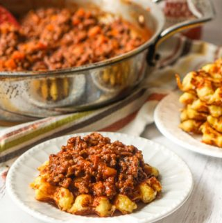 These easy low carb sloppy joes are a great weeknight dinner for the whole family. You can mix them up in little time and can eat them with these cheesy low carb waffles as bread! An easy and fun low carb family dinner!